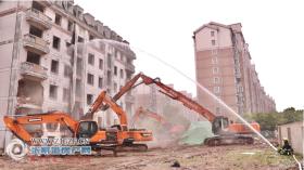 4月27日上午,小河坝新村12幢正式实施旧房拆除,我市完成今年首例司法强制搬迁工作