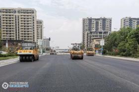9月10日,�S�_路道路改建�目(富民路至北京路)�r青下面�����利完成